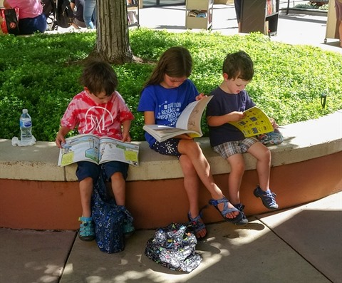 kids reading at library book sale